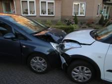 Automobilist naar ziekenhuis na frontale botsing in woonwijk Overloon
