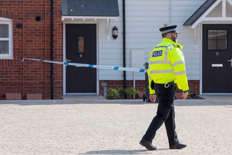 Een politieagent in Amesbury, voor het huis waar de twee slachtoffers zijn gevonden.