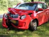 Auto botst tegen boom in Breda, twee gewonden