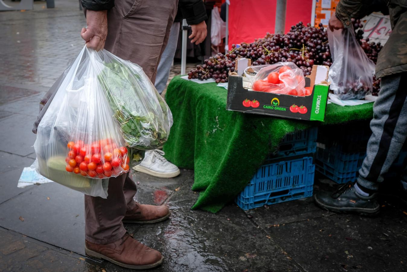 De Zuidmarkt en zijn verslaving aan zijn plastic zakjes.