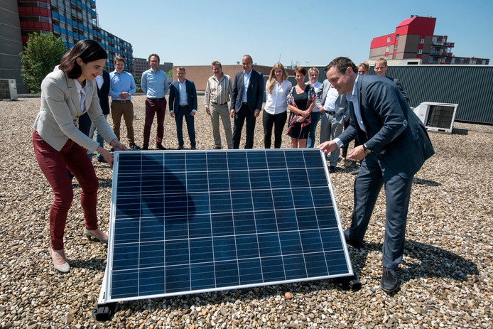 Start van het aanbrengen van 2.000 zonnepanelen op winkelcentrum Kronenburg in Arnhem, in 2016.