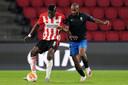 Van Ibrahim Sangaré (links) wordt bij PSV verwacht dat hij sterk is in de duels, zoals hier tegen Dimitri Foulquier van Granada.