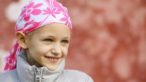 Een meisje met een hoofddoekje op om haar haarverlies na een chemokuur aan het oog te onttrekken.