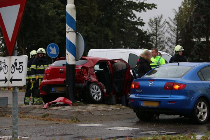 Zeker één slachtoffer moest door de brandweer worden bevrijd bij een aanrijding in Velp (Noord-Brabant).
