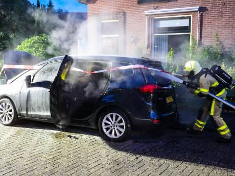 Binnenkant van geparkeerde auto in Apeldoorn verwoest door brand