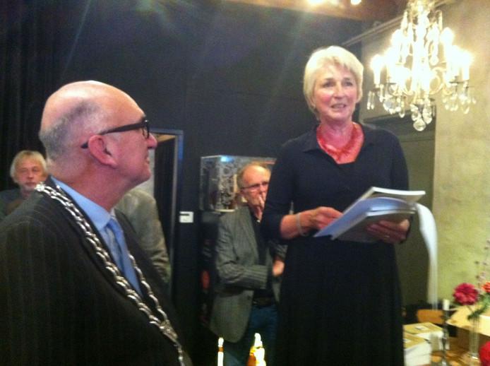 Vera van Loon met het dagboek van haar vader op historische grond: wijnkoperij Van Boort in Zaltbommel. Links burgemeester Albert van den Bosch.