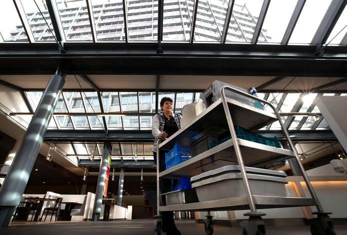 Maria van het bedrijfsrestaurant van Philips aan de Boschdijk loopt haar laatste rondje.