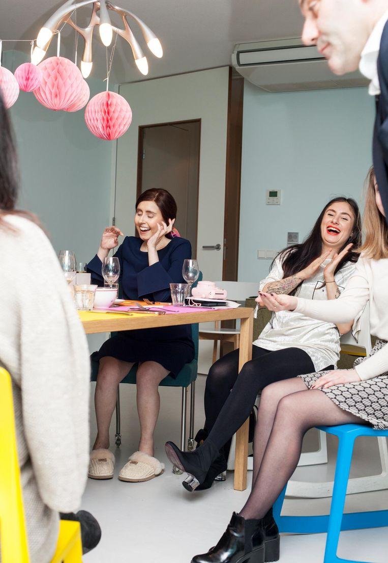 Vanaf links: Burçin met haar zus Aylin. Beeld Stefanie Grätz