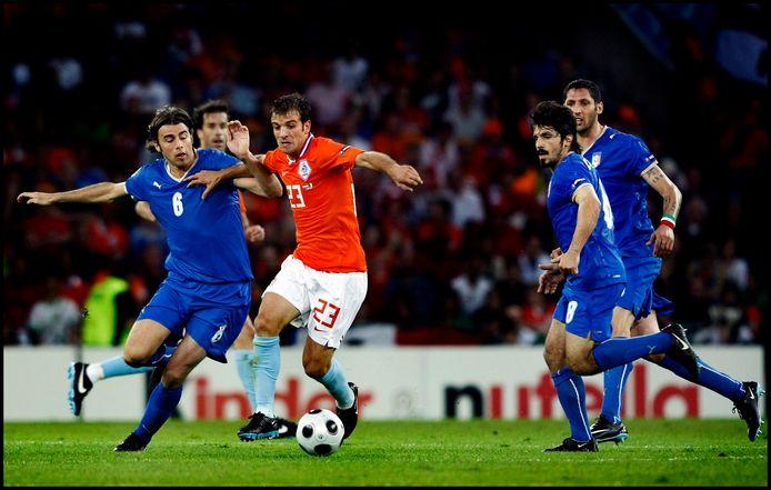 Rafael van der Vaart houdt tegen drie Italianen van het lijf.