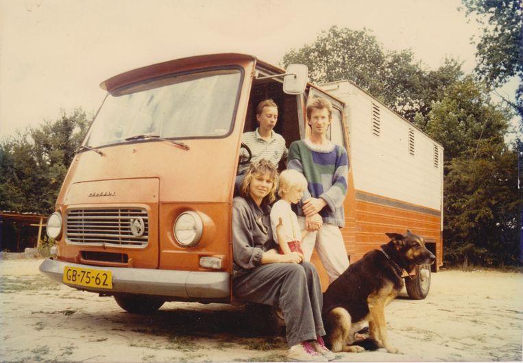 Margot de Jong met haar zoons Stijn en Frank en haar echtgenoot Henkjan Odink op hun Camping Charme in 1989. Beeld Dana Ploeger