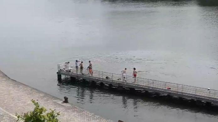 Al een week duiken jongeren vanop de aanlegsteiger in het kanaal. Gevaarlijk en verboden.