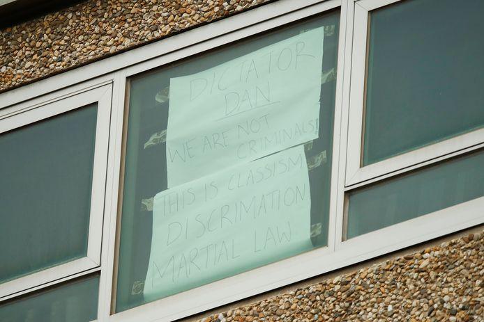 Een bericht op de ramen van een van de torens.