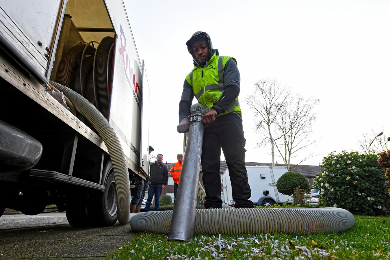 DEN HOUT - Medewerkers van Sloopbedrijf Oosterhout zijn op de Hoge Akker aan de slag om het piepschuim op te zuigen.
