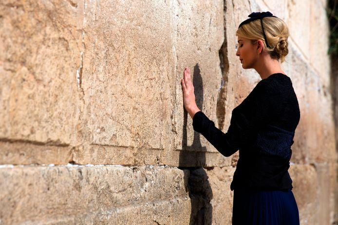 Ivanka Trump bidt bij het vrouwelijke gedeelte van de Klaagmuur