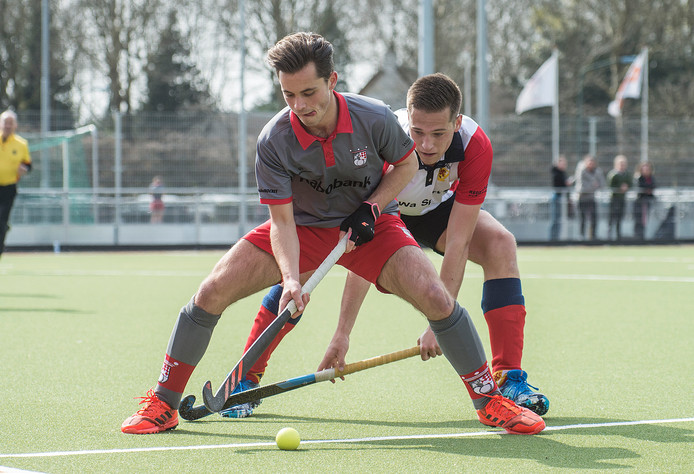 Floris Hendrickx (links) scoorde drie keer tegen de Delftse studenten van DSHC. (archiefbeeld)