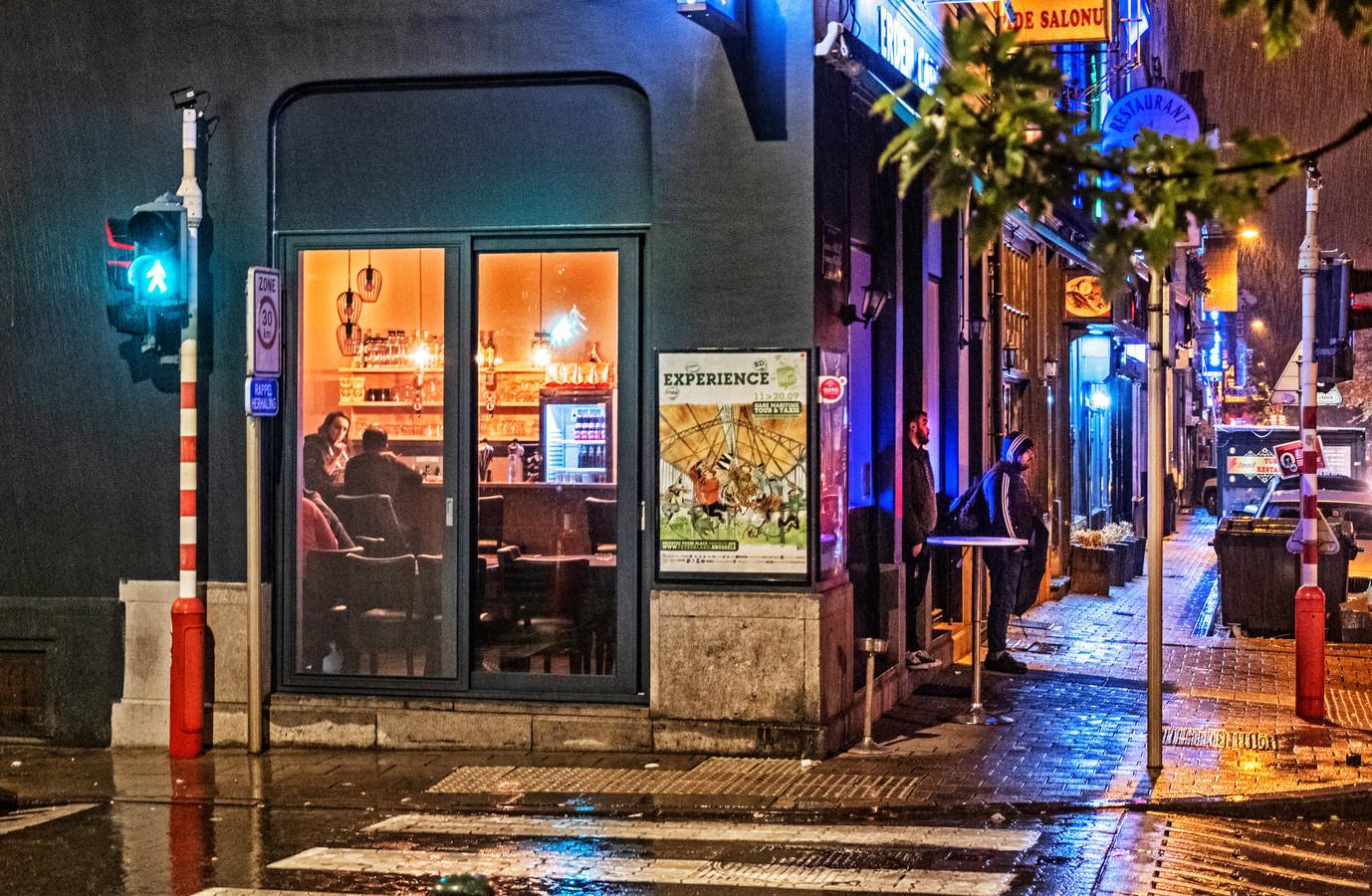 Een café op de Haachtsesteenweg op de grens tussen Schaarbeek en Sint-Joost-ten-Node. 'Als je echt nog iets wil drinken, vind je in Schaarbeek altijd nog wel een toog.'