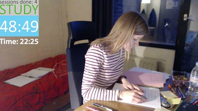Heleen (20) filmt zichzelf terwijl ze studeert en zendt het live uit op YouTube. Ze heeft ondertussen zo'n 21.000 volgers.