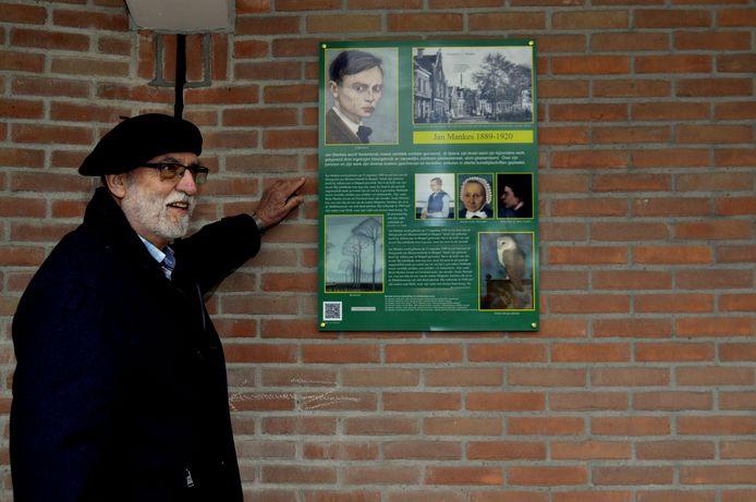 Wiecher Ponne onthult het paneel ter herinnering aan de in Meppel geboren kunstschilder Jan Mankes.
