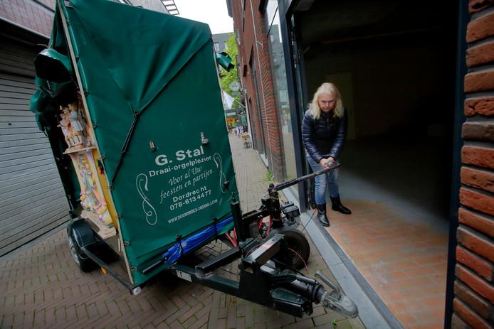 Catharina van der Geld voor de ingang van de nieuwe stalling aan de Tolbrugstraat Landzijde.