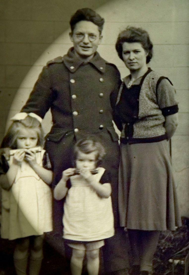 Een oud familie portret. Jozef van Rompay, na terugkeer uit krijgsgevangenschap, Anneke en hun dochters Sara en Annuska. Anneke heeft drie kleinkinderen en vijf achterkleinkinderen.