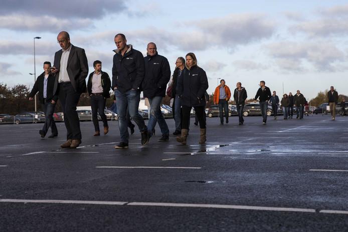 Werknemers van Siemens Hengelo op weg naar De Grolsch Veste in Enschede, waar ze worden bijgepraat over de voorgenomen sluiting.
