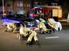Taxichauffeur bekneld onder eigen wagen op Van Alkemadelaan