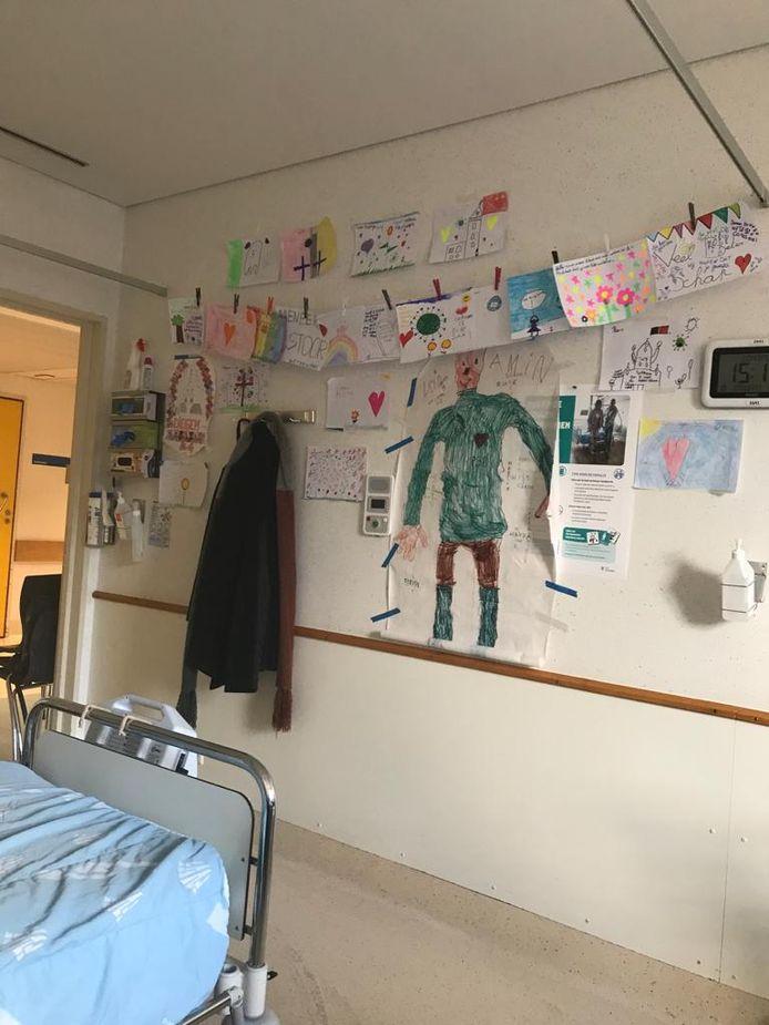 De tekeningen van de leerlingen van de Parochiale Basisschool in Diegem hangen aan de muur in de ziekenhuiskamer van pastoor Vital Orolé.