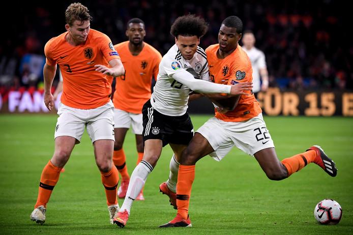 Matthijs de Ligt (l) in actie tegen Duitsland.