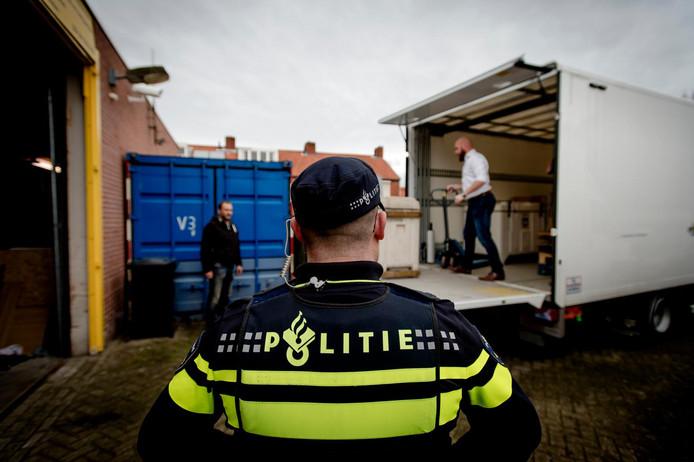 Een politieman kijkt toe bij een van de vele acties die politie en justitie de laatste jaren ondernamen tegen de drugscriminaliteit in Brabant.