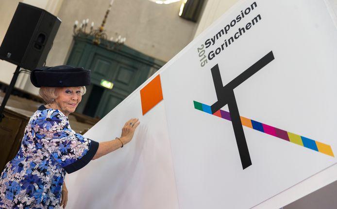 Prinses Beatrix opent in de Grote Kerk van Gorinchem Symposion 2015 door het logo te onthullen.