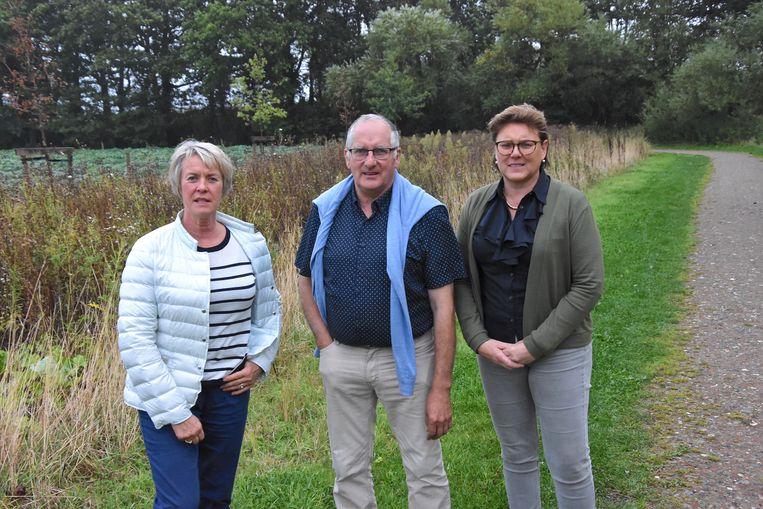 De gemeente Zonnebeke zal een hondenspeelzone aanleggen aan het einde van het kasteeldomein. Burgemeester Dirk Sioen poseert tussen schepenen Ingrid Vandepitte (links) en Sabine Vanderhaeghen.