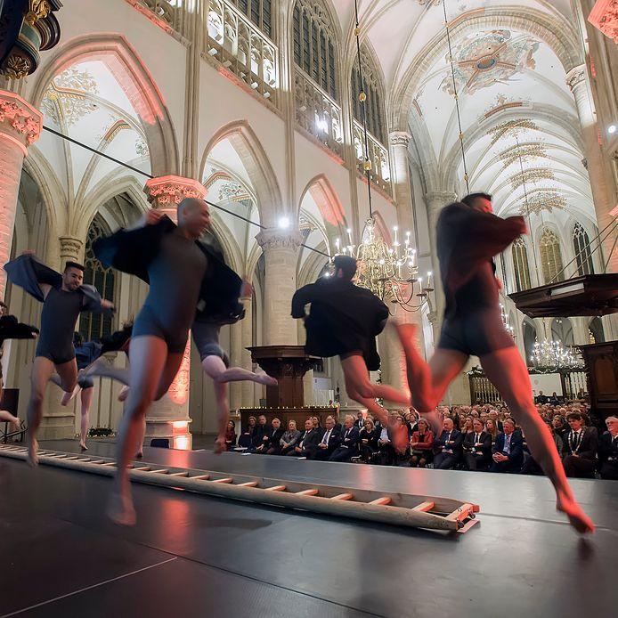 Dansgezelschap De Stilte tijdens een bijeenkomst in de Grote Kerk van Breda.