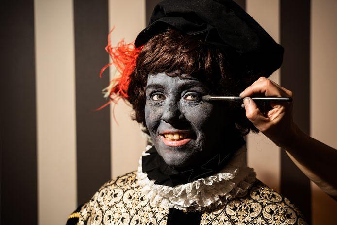 Het schminken van de Grijze Piet bij  Stichting Die Blide Incomst van Sinterniclaesz