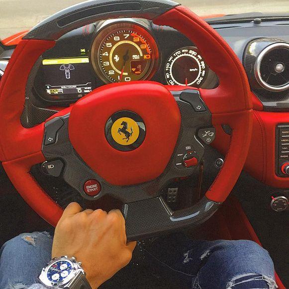 De bedrijfsleider zat achter het stuur van een Ferrari.