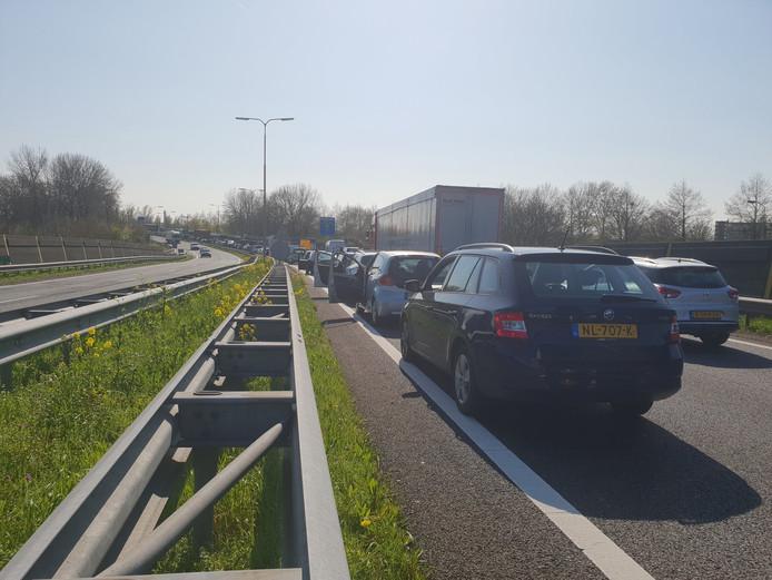 Een lange file op de N3 richting Papendrecht, nadat een slagboom kapot is gereden.