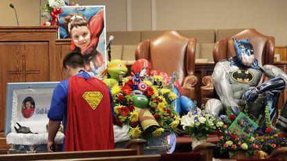 De aangrijpende superheldenbegrafenis van 6-jarig slachtoffertje dolle schietpartij 14-jarige