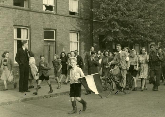 Een Engelse militair wordt op 19 september 1944 de stad in begeleid door opgetogen Ossenaren. Adje van den Bergh, de jongere broer van de fotograaf, heeft een Nederlandse vlag opgeduikeld.