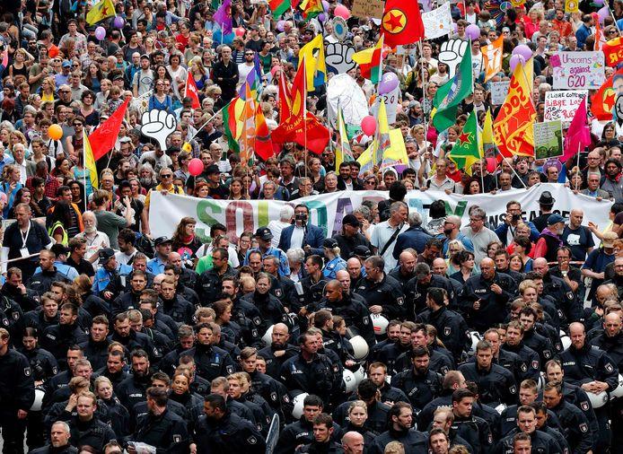 In tegenstelling tot gisteren, verlopen de protesten vandaag bijzonder vreedzaam.