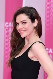 Anna Drijver schittert op knalroze loper in Cannes