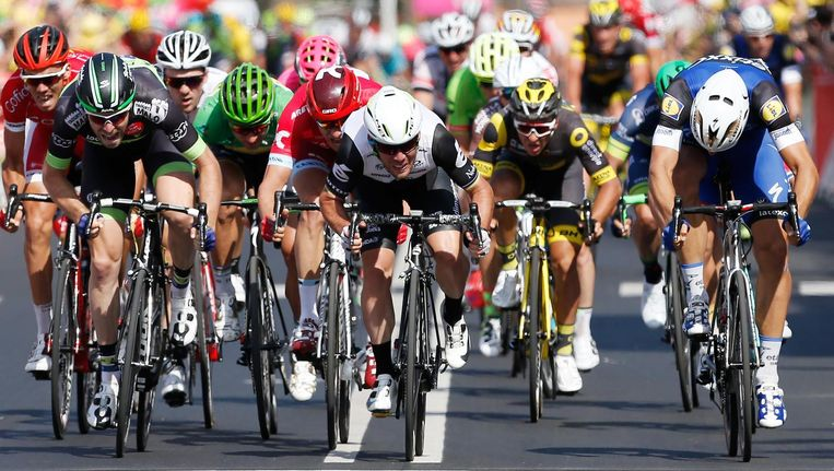 De massasprint in de zesde etappe naar Montauban. Mark Cavendish fietst in het midden. Beeld anp
