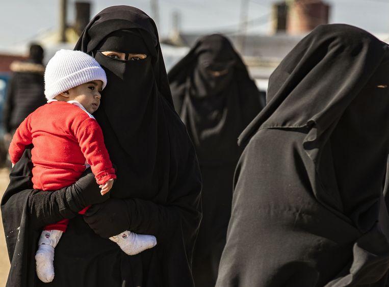 Een vrouw met kind in het Koerdische kamp Al-Hol in het noordoosten van Syrië.