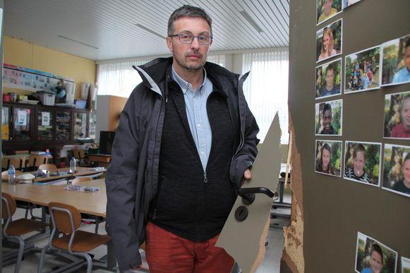 Directeur Patrick Van Nieuwenhuyse van 't Nieuwland bij een beschadigde klasdeur.