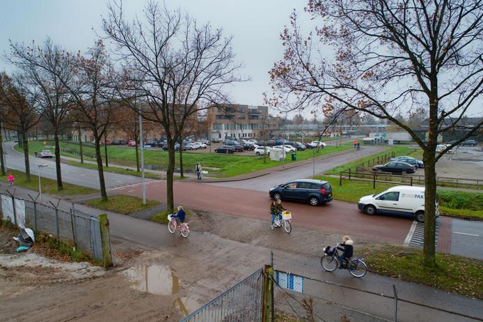 De gevaarlijke kruising Oosterlandenweg/Laanzicht in IJsselmuiden. Precies op deze kruising is de ingang van 'Plan Koster' (voorgrond).  Op de achtergrond het Kulturhus en basisschool Wonderwijs.