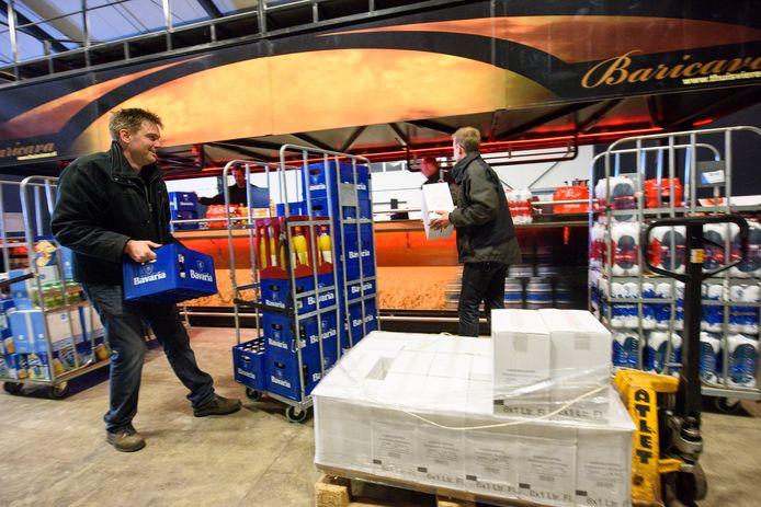 De voorbereidingen voor het Ploegefist in de evenementenhal in De Rips.