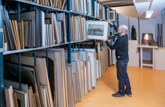 Arjan Molenaar laat enkele werken uit de collectie zien.