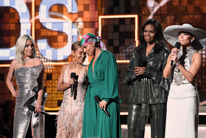 Michelle Obama (2de van rechts) op het podium met Lady Gaga (uiterst links), Jada Pinkett Smith, Alicia Keys en Jennifer Lopez.