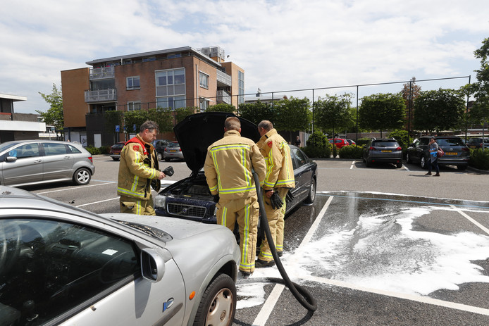 Auto vliegt spontaan in brand in Waalre