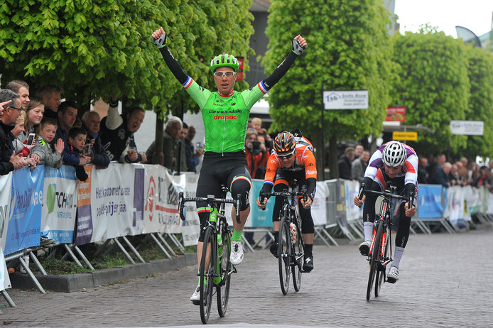 Sebastian Langeveld weet al wat winnen is in Made, (foto boven). Hij won de editie van 2017. Linksboven Yves Lampaert, tweevoudig winnaar van Dwars door Vlaanderen. Linksonder regiorenner Ryan Kamp.