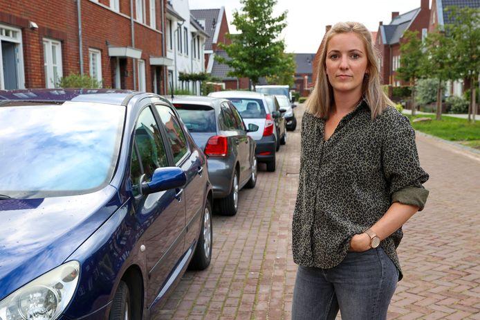 Bewoonster Elske van der Velden baalt ervan dat er zo weinig parkeerplekken zijn in de Sella in Veldhoven.