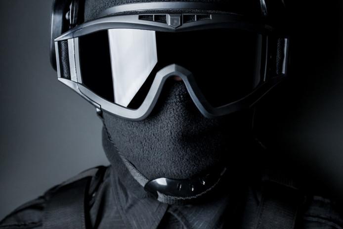 Lid van een zwaar bewapende speciale politie-eenheid, ook wel SWAT-team genaamd.